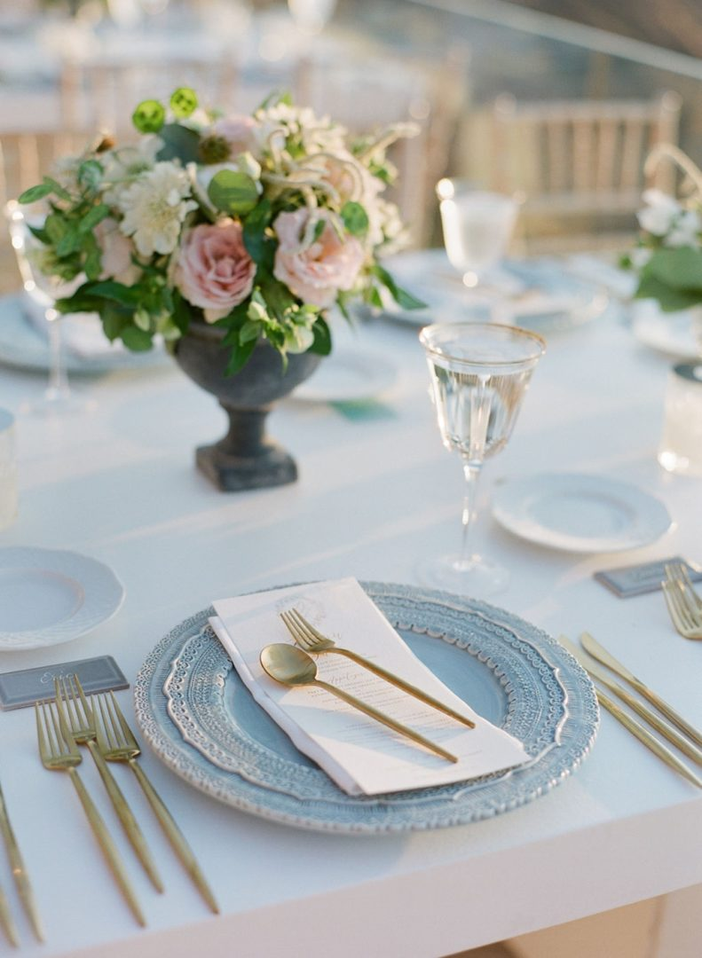 Flower arrangements for elegant Santorinian wedding
